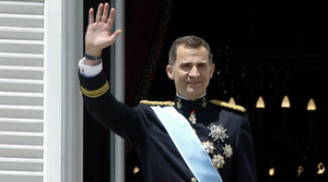 El rei Felip VI saluda des del balcó del Palau Reial de Madrid, el dia de la seva proclamació.