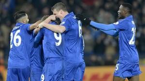 Los jugadores del Leicester celebran uno de sus goles al Liverpool.
