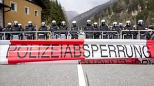 zentauroepp33653650 brenner austria 24 04 2016 riot austrian police line up170704120205