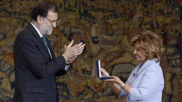 Mª Teresa Campos recoge, entre otros, la Medalla al Mérito en el Trabajo de manos de Mariano Rajoy