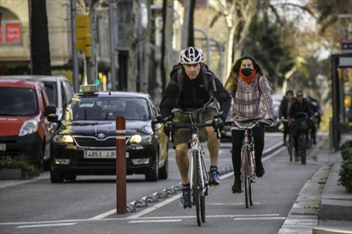 Unos ciclistas circulan por el barril bici de la Diagonal, el jueves.