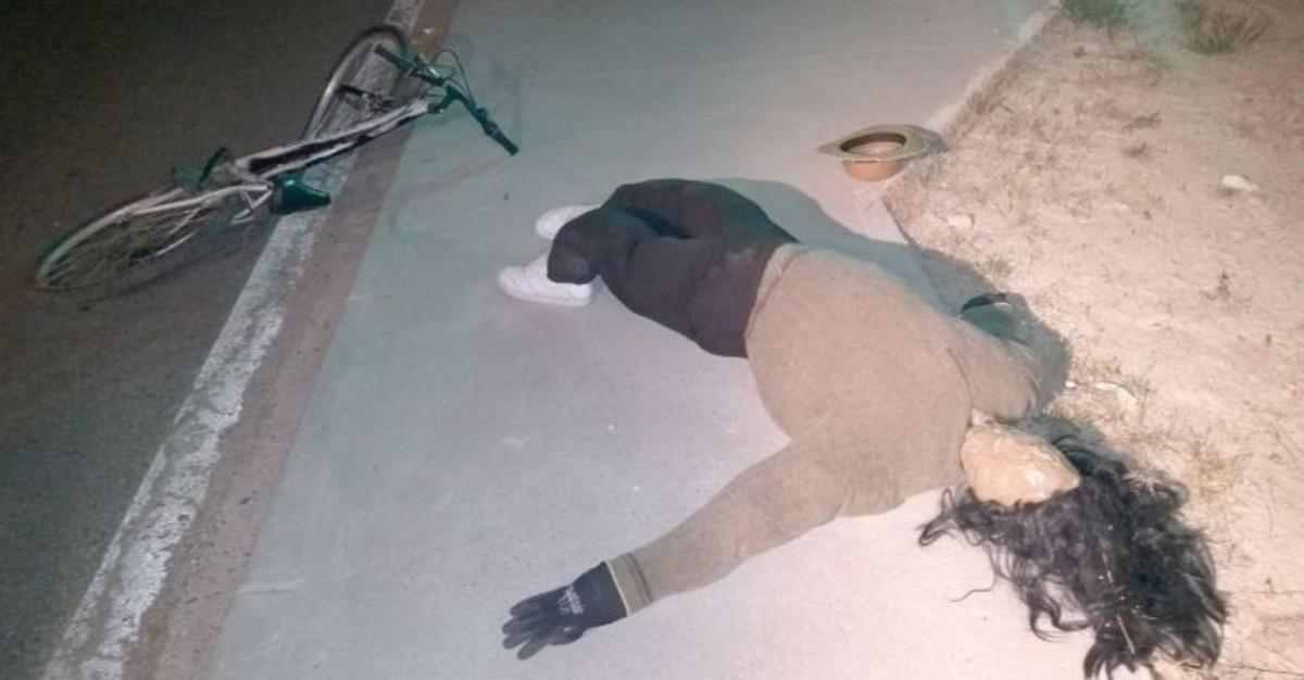 El maniquí que simulaba ser el ciclista accidentado.