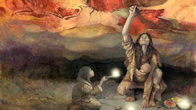 Una mujer pinta el techo de la cueva de Altamira