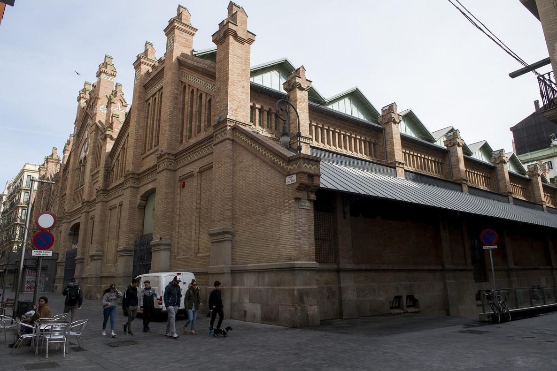 Espectacular fachada del mercado de Sants, en la calle de Sant Jordi.