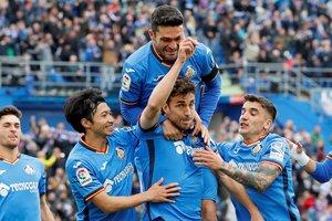 Jaime Mata levanta los brazos en la celebración del primer gol del Getafe.