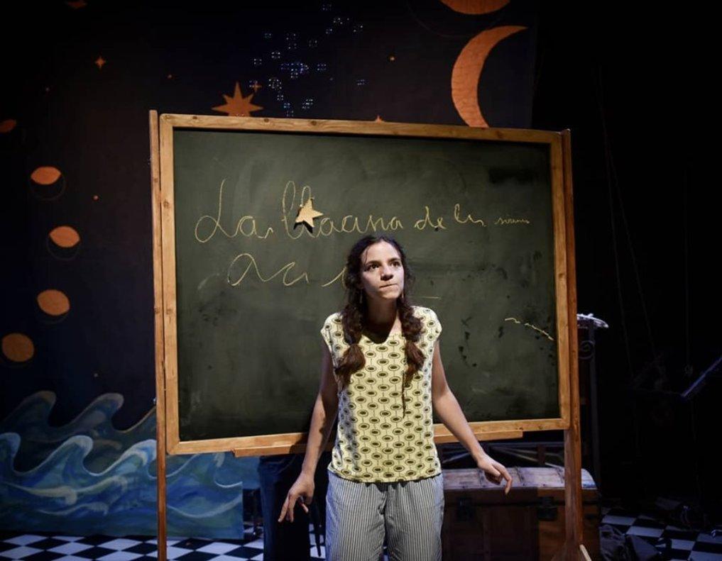 Una niña en la escena de la laguna de las sirenas.