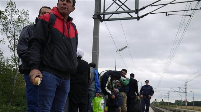 Un grupo de refugiados espera a tomar el tren con destino a Austria.