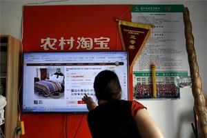 Un client compra a través de la plataforma d'Alibaba en una zona rural.