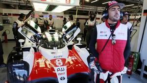 Alonso, ante su Toyota en Spa Francorchamps.