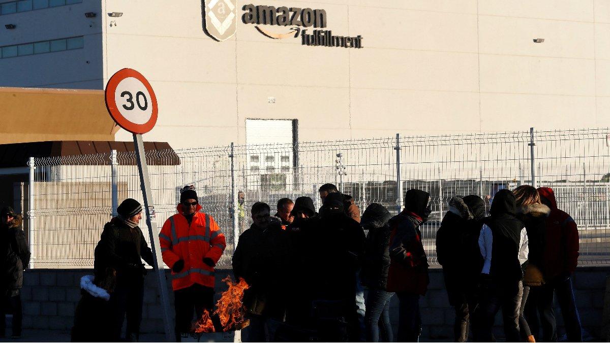 Imagen de un piquete informativo a las puertas del centro de Amazon en San Fernando de Henares (Madrid).