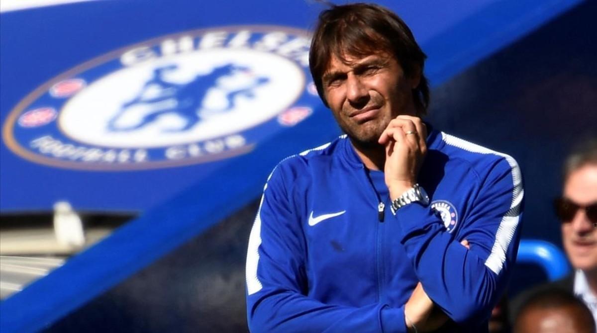 Antonio Conte expresa preocupación viendo el juego de su equipo en Stamford Bridge.