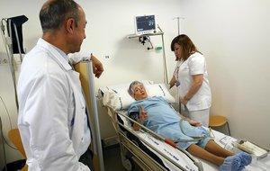 El doctor Antonio Montes y la enfermera Susana García atioenden a una pacienteenla Clínica del Dolor del Hospital del Mar de Barcelona.