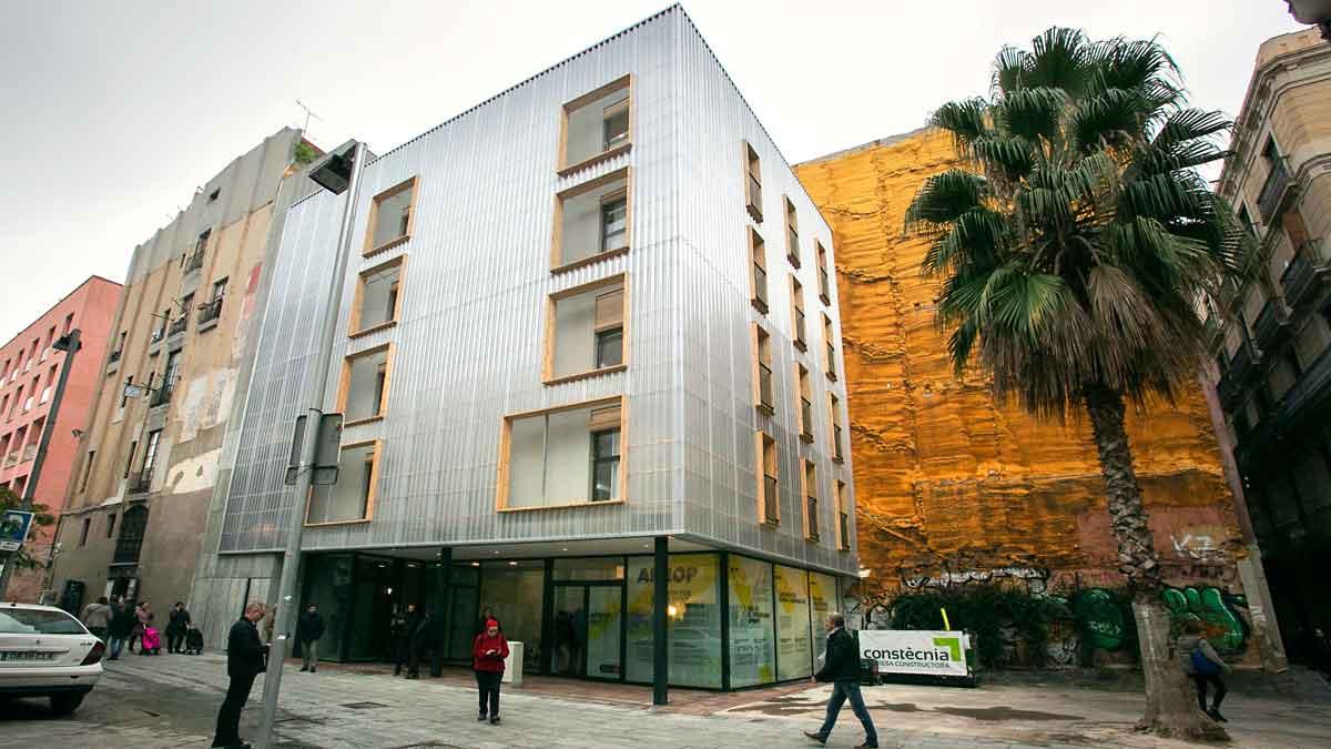 Así se han construido los primeros pisos sociales de Barcelona hechos con contenedores de barco / Timelapse.