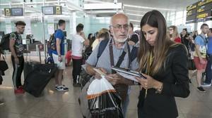 Atención a un cliente en el aeropuerto de Barcelona en un día de retrasos y cancelaciones.