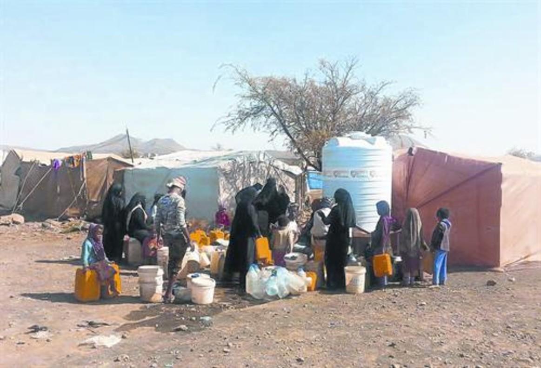 AGUA Y COMIDA.Yemenís, en un campo de refugiados donde ayuda la oenegé Solidarios sin Fronteras.