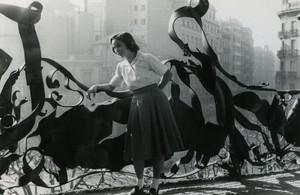 Elvira Roca-Sastre en el balcón de su piso en la Pedrera en 1959.