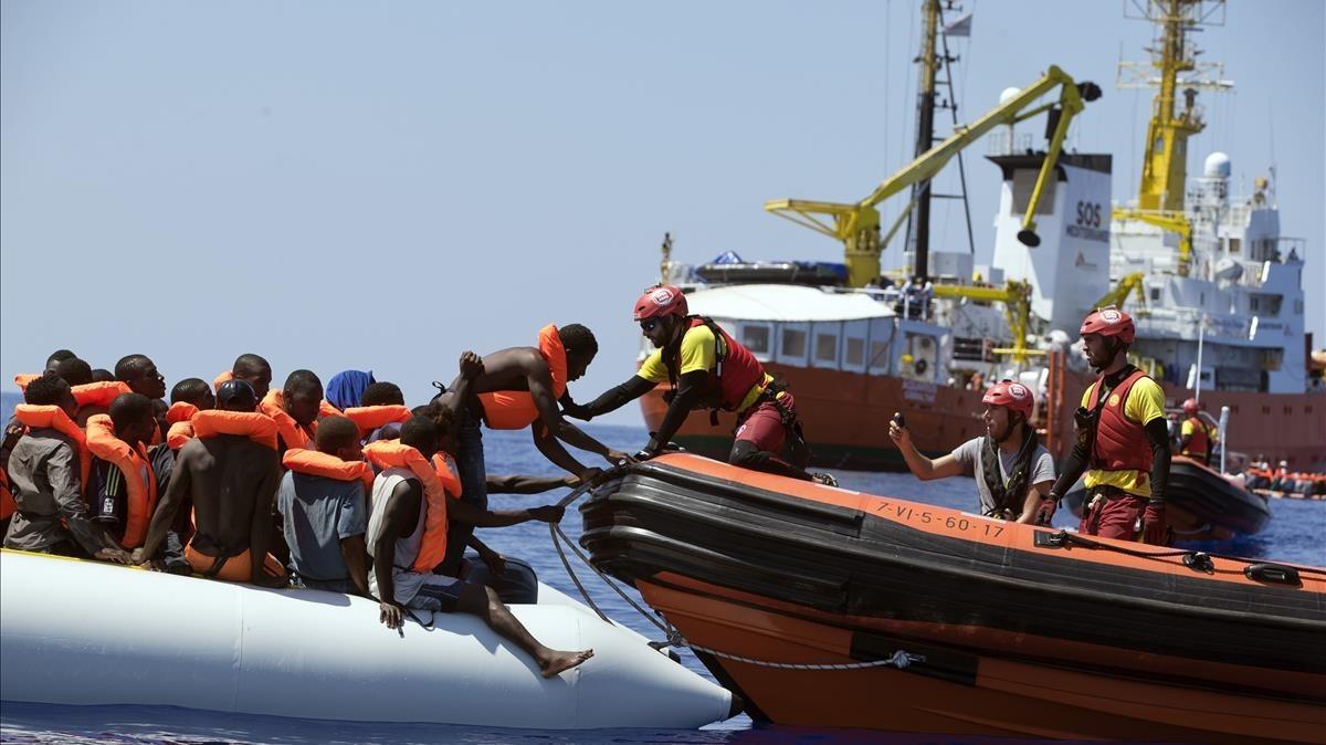 Un barco de la oenegé Activa Open Arms rescata a inmigrantes frente a la costa de Libia, este domingo 27 de agosto.