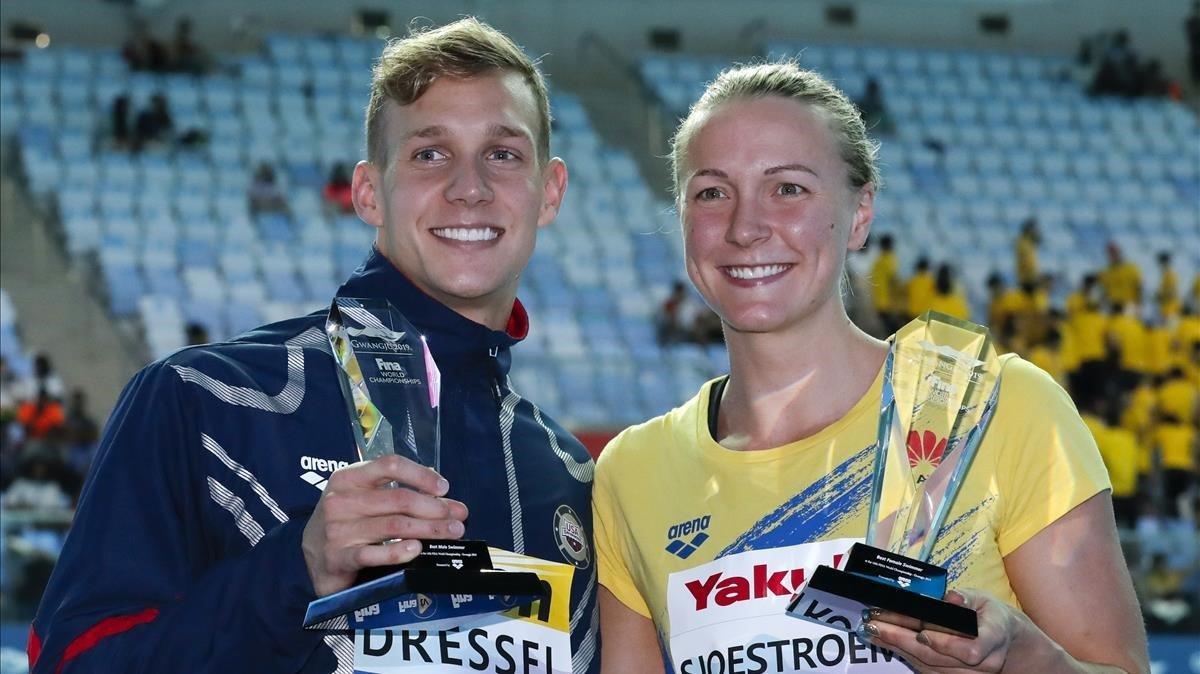 Caeleb Dressel y Sarah Sjöström, con los trofeos de mejores nadadores de los Mundiales.