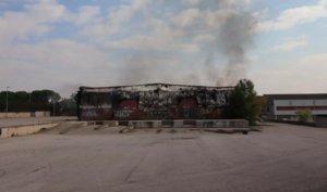 Un incendi calcina una nau de material per embalar de Rubí