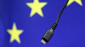 Cargador de móvil bajo la bandera de la Unión Europea.