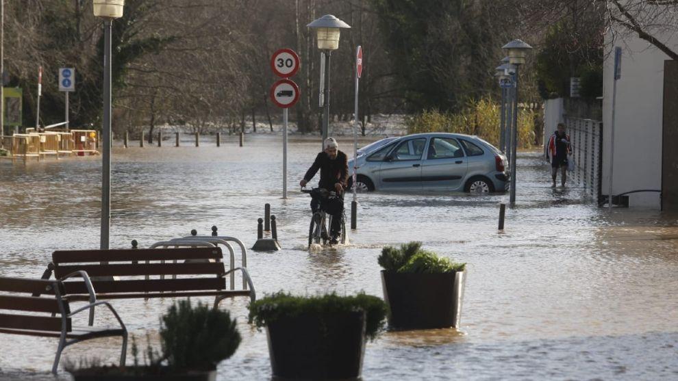 Carretera C-255 inundada y nivel del agua subiendo en Sarrià de Ter por el desbordamiento del río Ter.