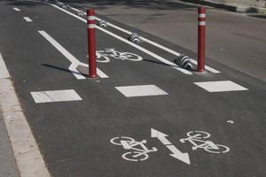 Los nuevos carriles bicis se construyen en la calzada y separados del tráfico rodado, con señalización eficiente, para garantizar desplazamientos seguros y cómodos.