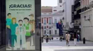 Cartel de agradecimiento a los sanitarios y otros colectivos por su lucha contra el coronavirus, en el centro de Madrid, el 8 de mayo.