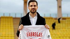 Cesc Fàbregas posa con la camiseta del Mónaco.