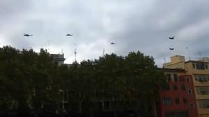 Captura de pantalla de cinco helicópteros del Ejército de Tierra sobrevuelan Girona, este lunes.