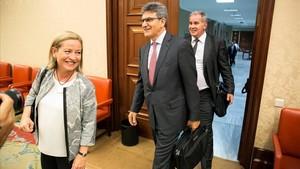 El consejero delegado del Banco Santander, José Antonio Álvarez, en el centro, antes de comparecer en el Congreso.