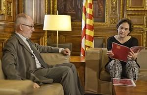 La alcaldesa de Barcelona. Ada Colau, y el Síndic de Greuges, Rafael Ribó, en una reunión en el Ayuntamiento de Barcelona.