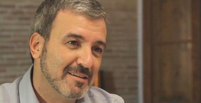 Jaume Collboni, el candidato a las primarias del PSC a la alcaldía de Barcelona, dialoga con Olga, una joven licenciada que trabaja en una tienda de ropa.