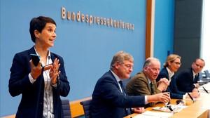 La copresidenta de Alternativa para Alemania (AfD), Frauke Petry, abandona el partido.