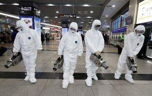 Técnicos rocían desinfectante como parte de los esfuerzos para prevenir la propagación de un nuevo virus que se originó en la ciudad china de Wuhan, en una terminal de autobuses en Gwangju, el 28 de enero del 2020.