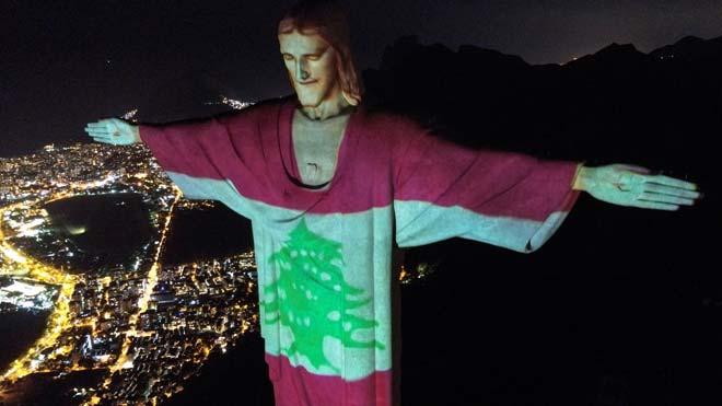 El Cristo Redentor se ilumina con la bandera de Líbano tras la explosión de Beirut.