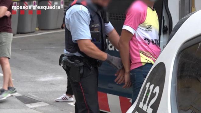 Cuatro detenidos en Barcelona en un dispositivo policial contra los robos violentos y los hurtos.