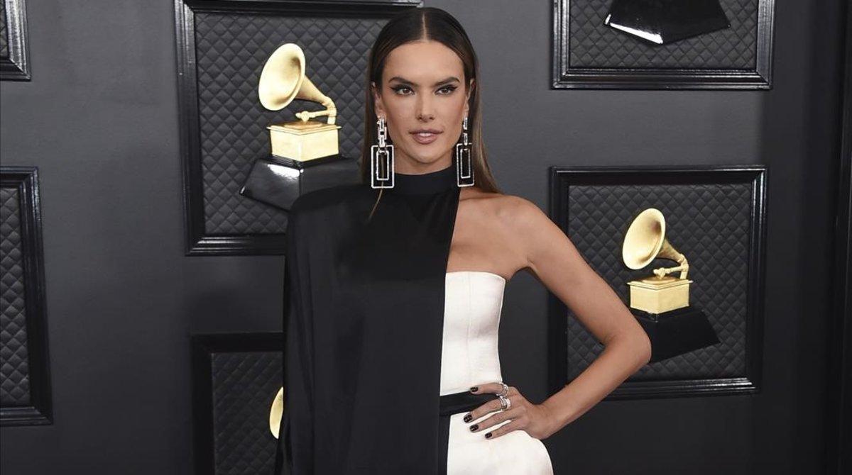 La modelo Alessandra Ambrosio posa a su llegada a los Premios Grammy 2020.