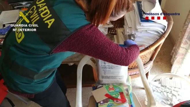 En Catalunya se descubrió la existencia de una librería que había mantenido relaciones comerciales con la empresa vinculada al grupo.