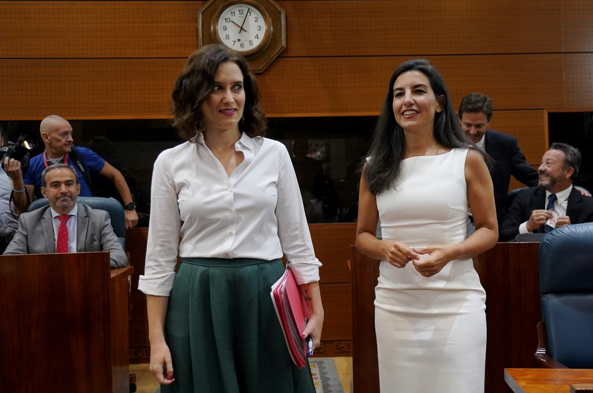 La presidenta de la Comunidad de Madrid, Díaz Ayuso (izquierda) y la portavoz de Vox en la Asamblea de Madrid, Rocío Monasterio (derecha).