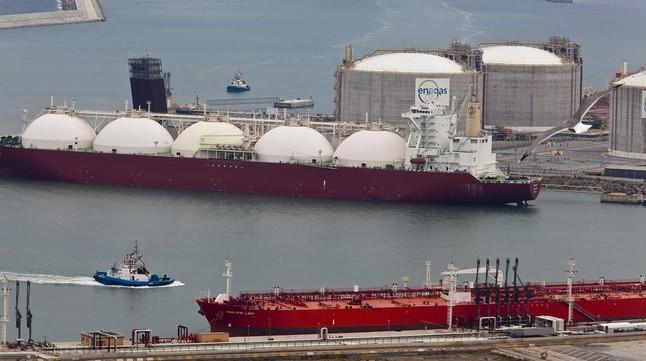 Dipòsits de gas d'Enagás en la planta de regasificació del port de Barcelona.