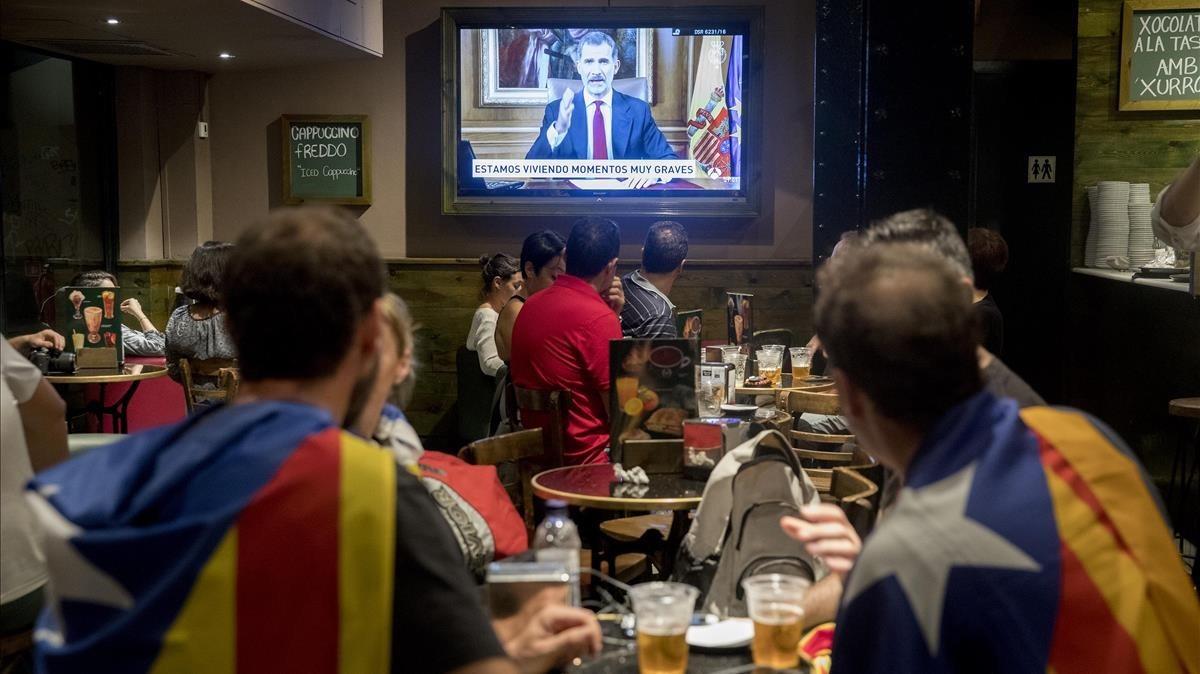 Discurso televisado del Rey Felipe VI en un bar de Via Laietana.