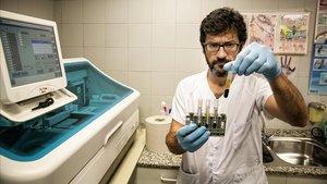 El doctor MateuEspasa, en el servicio de microbiología de la Unitat d'Atenció Continuada de Drassanes-Vall d'Hebron.