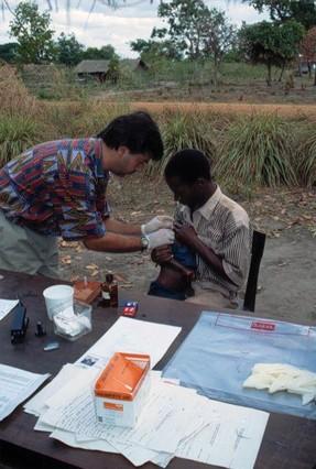 El doctor Pedro Alonso, vacunando en el hospital de Mozambique.