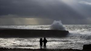 Dos marroquís frente al mar durante una inusual tormenta en Rabat, el 8 de enero.