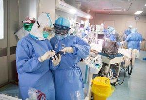 Dos médicos consultan unos datos en un hospital de Wuhan.