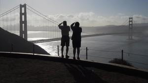 Dos turistas toman fotos del Golden Gate Bridge, en San Francisco, en una imagen de archivo.