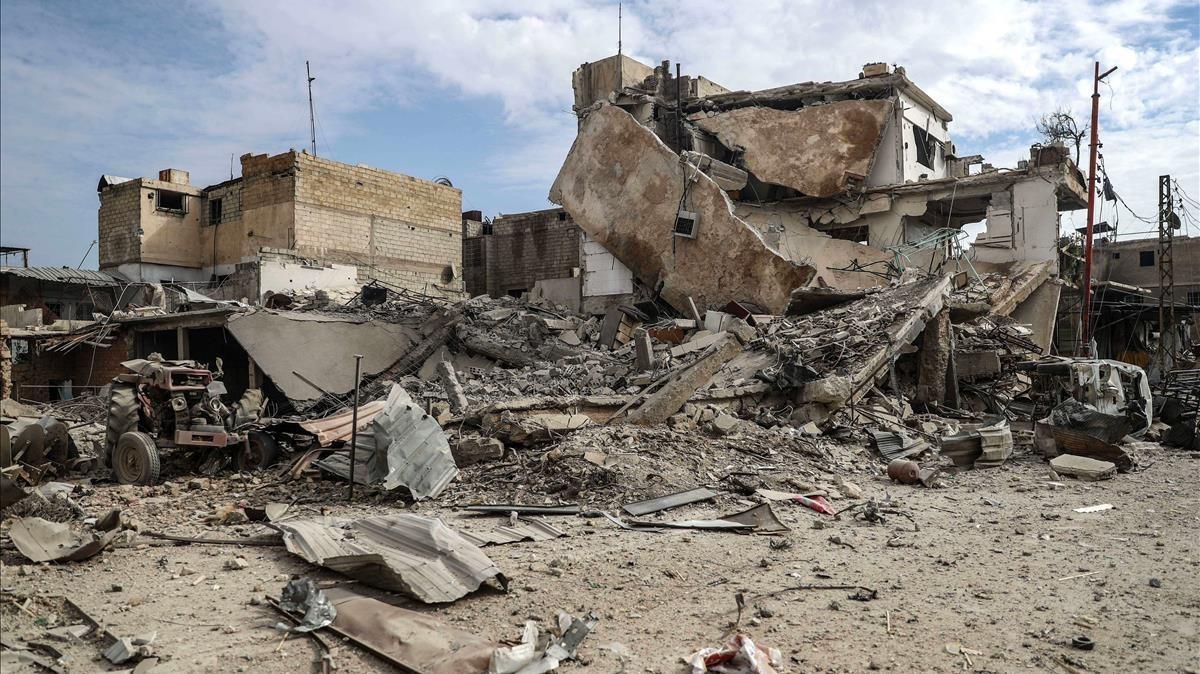 Edificios destruidos tras un bombardeo al este de Guta, en Duma (Siria), el 20 de febrero.