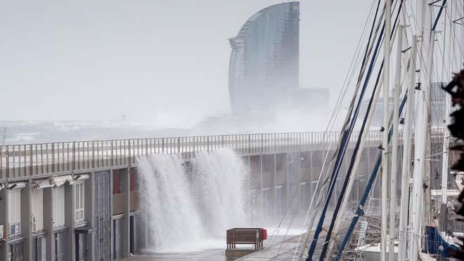 Las fuertes olas golpean el Moll de Gregal del Port Olímpic de Barcelona.