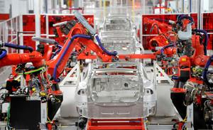 Ensamblaje robotizado de coches Tesla en California.