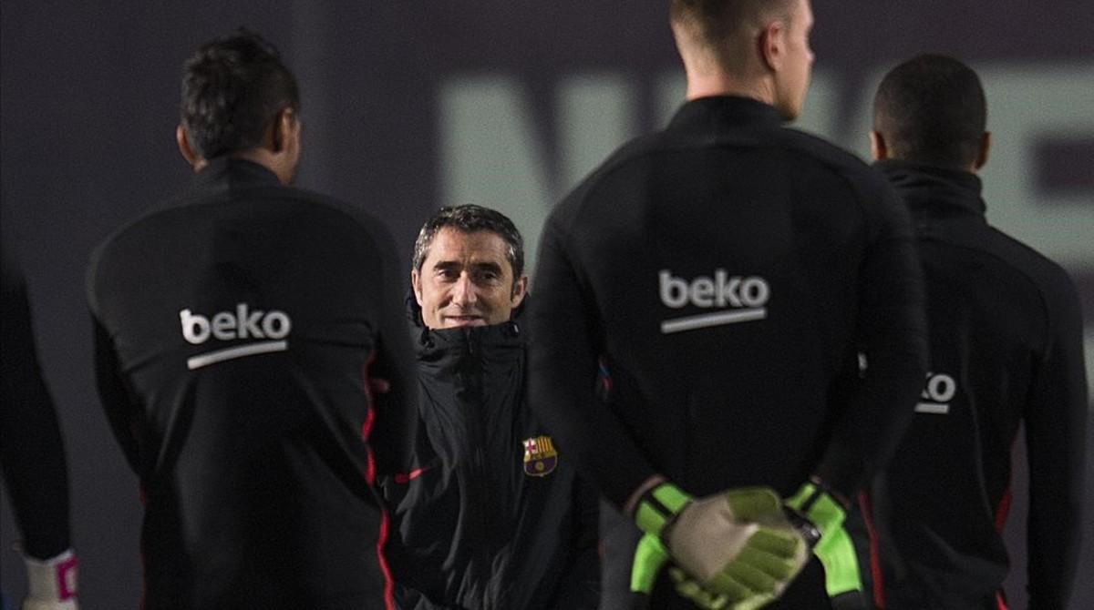 Ernesto Valverde, en el inicio del entrenamiento del Barça
